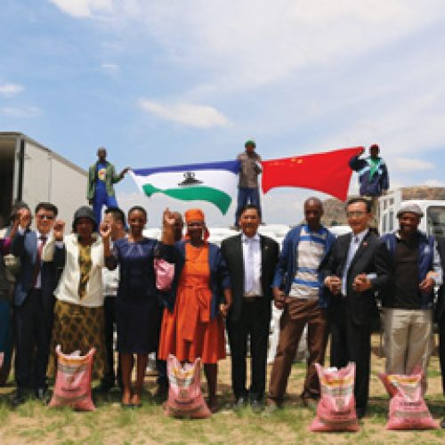 Chinese hand over fertilizers, seeds